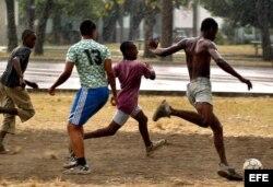 Jóvenes cubanos durante un partido callejero de fútbol en La Habana.