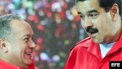 """El presidente venezolano, Nicolás Maduro (d), y el presidente de la Asamblea Nacional, Diosdado Cabello (i), en un acto del """"Gobierno de Calle"""" en Caracas."""