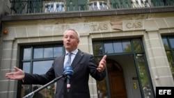 El secretario general del Tribunal de Arbitraje Deportivo (TAS), Matthieu Reeb, ofrece una rueda de prensa delante del edificio del organismo en Lausana, Suiza.