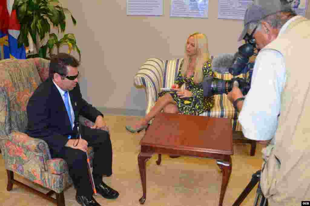 González Leiva (i) en entrevista para TV Martí con Gina Barroso (c) y Jaime Moreno (d).