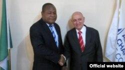 El embajador cubano en Nigeria, Carlos Trejo Sosa y el presidente de la Cámara de Comercio de Abuja