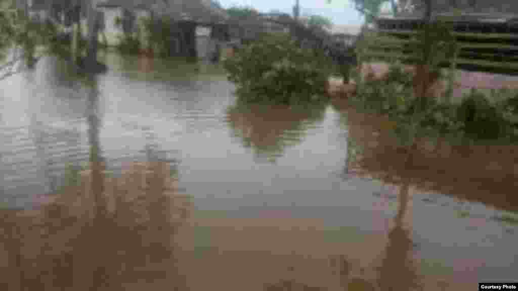 La casa de un oyente de Radio Martí que envió fotos de la subida del agua en ese municipio de Las Tunas.
