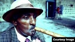 Cubano fuma cigarro en La Habana. Foto: johnnypinball.