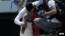 El dirigente opositor venezolano Leopoldo López da un abrazo a su espoza Lilian Tintori antes de entregarse a miembros de la Guardia Nacional (GNB)