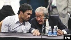 El promotor de boxeo Bob Arum (derecha) junto a Manny Pacquiao durante la conferencia de prensa del 2 de mayo tras la derrota del boxeador filipino ante el estadounidense Floyd Mayweather Jr.