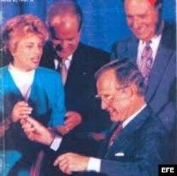 George H. W. Bush durante la firma de la Ley Torricelli.