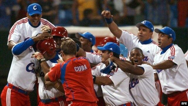 HAB13 LA HABANA (CUBA) 22/10/03 .- Los jugadores del equipo cubano celebran la victoria obtenida frente al equipo brasileño en un reñido juego donde el equipo cubano se impuso 4-3 para avanzar a la siguiente ronda del XXXV Mundial de Béisbol que se desarr