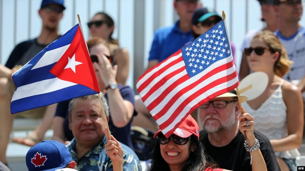 Seguidores de los equipos de béisbol de Estados Unidos y Cuba.