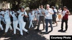 El diputado chileno Felipe Kast marcha junto a las Damas de Blanco.
