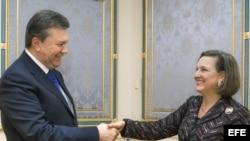 El presidente de Ucrania, Víktor Yanukóvich (i), durante su encuentro con la secretaria de Estado adjunta de EE.UU. para Asuntos Europeos, Victoria Nuland (d).