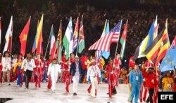 Atletas de diferentes países portan su bandera nacional, en la ceremonia de Clausura de los Juegos Olímpicos de Londres 2012, en Londres (Reino Unido).