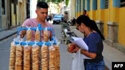 Un vendedor de galletas en La Habana.