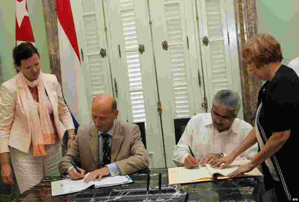 El viceministro primero de Justicia de Cuba, Urbano José Pedraza (d) y el embajador de Holanda en la isla, Norbertus Braakhuis (i).