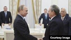 Vladimir Putin y Raúl Castro durante una entrevista de 2015 en el Kremlin - Reuters