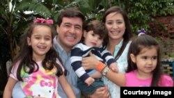 Daniel Ceballos con su esposa Patricia e hijas.