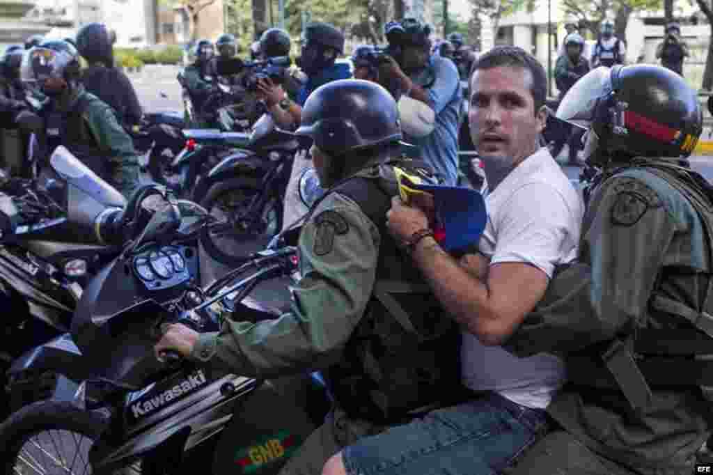 Miembros de la Guardia Nacional Bolivariana detienen a manifestantes