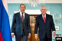 El secretario de Estado de los Estados Unidos, Rex Tillerson (d), se reúne con el ministro de Exteriores ruso, Serguéi Lavrov (i), en el Departamento de Estado en Washington.