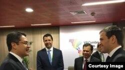 El senador Marco Rubio conversa con el presidente hondureño Juan Orlando Hernández.