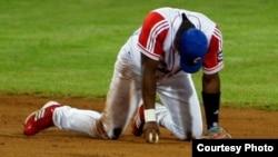 """""""Es más fácil culpar al bloqueo y a la 'deserción' de atletas, que mirarse en el espejo para asumir la incapacidad y el fracaso"""" del béisbol cubano."""