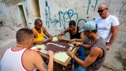 """Mesa de dominó: A veces en plena calle se juega """"al dinero"""" (A.Sierra)."""