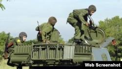Jóvenes cubanos realizan ejercicios militares en una unidad de artillería de las Fuerzas Armadas de Cuba.