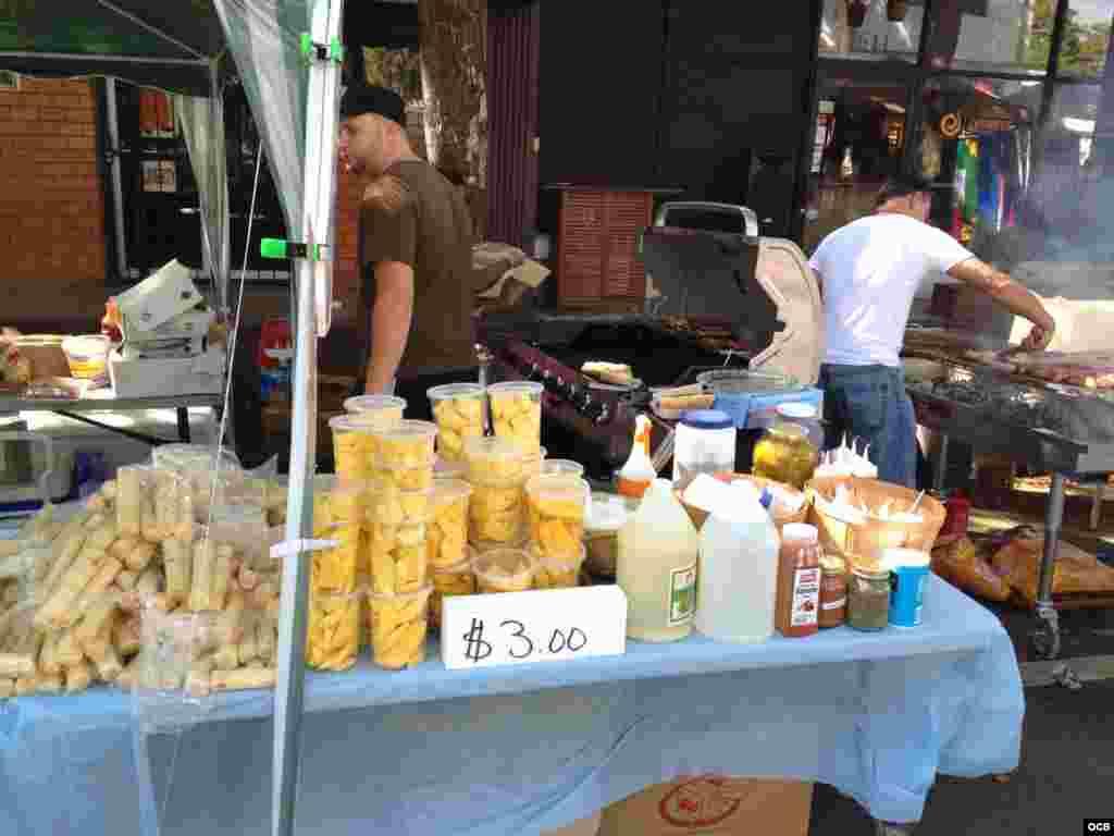 Venta de alimentos durante los festejos del Carnaval de la Calle Ocho de Miami