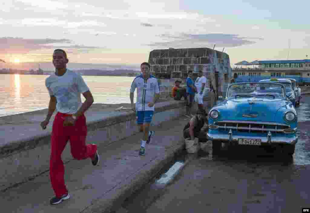 El primer ministro italiano, Matteo Renzi (centro) se ejercita en el Malecón de La Habana. EFE