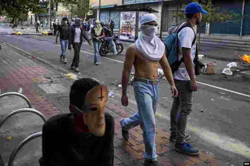 Tras la manifestación, un grupo de encapuchados se dirigió a la Plaza Altamira, donde intentó bloquear una transitada autopista, lo que desencadenó una fugaz intervención de guardias y policías nacionales que con chorros de agua y gases lacrimógenos dispersaron a los jóvenes, que respondían con piedras.