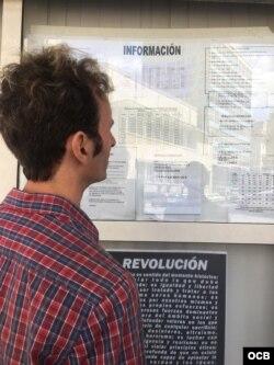 Un viajero lee los avisos a la población de Cubana de Aviación.
