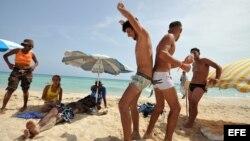 Un grupo de personas gais en la playa Mi Cayito, en La Habana.