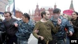 Policías antidisturbios detienen a participantes en una manifestación de homosexuales en Moscú. Fotografía de archivo.