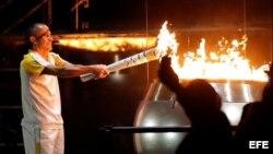 El atleta brasileño Vanderlei Cordeiro de Lima enciende el pebetero en la ceremonia inaugural de los Juegos Olímpicos Río 2016 el viernes 5 de agosto de 2016, en el stadio de Maracaná, en Río de Janeiro (Brasil).