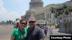 Wichy y Helvetiella frente al Capitolio de La Habana