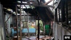 Sandy dejó en el oriente de Cuba un caos de familias sin techo, agua contaminada, días sin electricidad y riñas por los alimentos y el combustible para cocinar. En la foto, destrozos en Caimanera, Guantánamo.