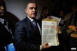 Tarek William Saab muestra evidencia de cuentas bancarias de la presunta red de extorsión.