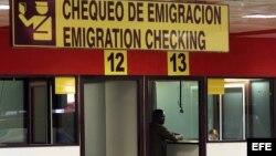 Un hombre chequea sus documentos antes de viajar, en el aeropuerto José Martí de La Habana.