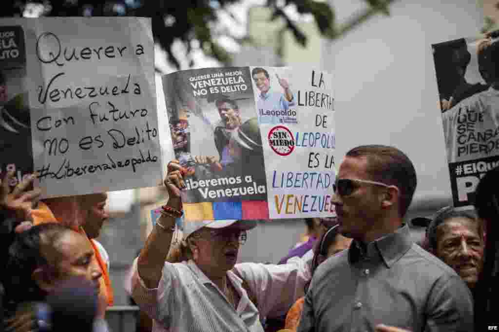 Un grupo de personas participa en una manifestación en apoyo al dirigente politico opositor Leopoldo López en las inmediaciones del Palacio de Justicia.