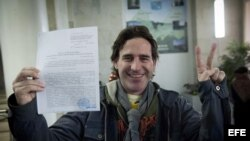El activista de Greenpace Miguel Hernan Perez, con la confirmación del retiro de cargos en Rusia.