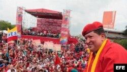 Fotografía cedida hoy, domingo 1 de Julio de 2012, por el Palacio de Miraflores en la que se observa al presidente venezolano, Hugo Chávez, liderando la concentración del inicio de su campaña electoral en la ciudad de Maracay, Estado Aragua (Venezuela).