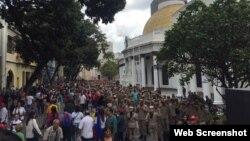 Chavistas rodean la entrada al Parlamento venezolano, impidiendo la entrada a los legisladores de la oposición.