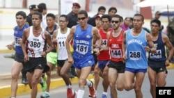 El atleta Diego Colorado de Colombia (c) compite en la media maratón realizada hoy, sábado 30 de noviembre de 2013, en Trujillo (Perú), en el marco de los Juegos Bolivarianos Trujillo 2013