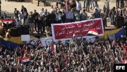 El jefe del partido opositor Al Karama, Hamden Sabahi (centro, sobre el escenario), saluda a los manifestantes en contra del presidente egipcio Mohamed Morsi reunidos en la plaza Tahrir en El Cairo (Egipto).