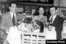 El presidente de facto de Cuba, Fulgencio Batista (i) con Meyer Lansky y una acompañante.
