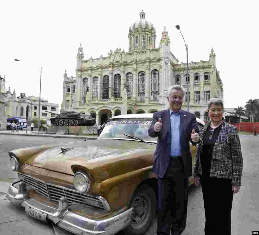 El presidente de Austria, Heinz Fischer, y su esposa, Margit Fischer, posan para una foto junto a un auto clásico.