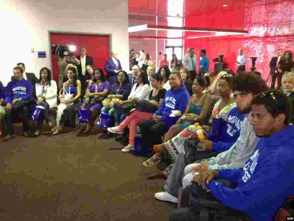 Estudiantes cubanos durante una ceremonia de recibimiento en Miami Dade College.