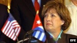 La entonces gobernadora del estado de Louisiana, Kathleen Blanco tras firmar un acuerdo comercial con Pedro Álvarez, presidente de la empresa cubana ALIMPORT. EFE.