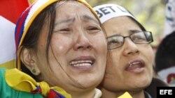 Archivo - Asistentes a la concentración frente a la Embajada de China en Madrid para pedir respeto a los derechos humanos en el Tibet.