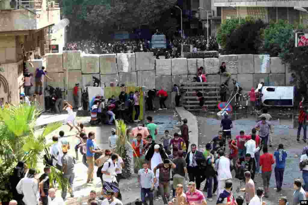 Manifestantes egipcios se enfrentan a la policía a través de una barrera de bloques de cemento levantada ante la embajada de los EE.UU. en El Cairo, Egipto, el día 14 de septiembre de 2012.