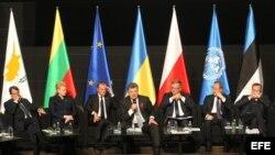 Nikos Anastasiadis (Chipre); Dalia Grybauskaite (Lituania); Donald Tusk (Consejo Europeo); Petro Poroshenko (Ucrania); Broniwslaw Komorowski (Polonia); Ban Ki-moon (Naciones Unidas); y Toomas Hendrik (Estonia), (i-d).