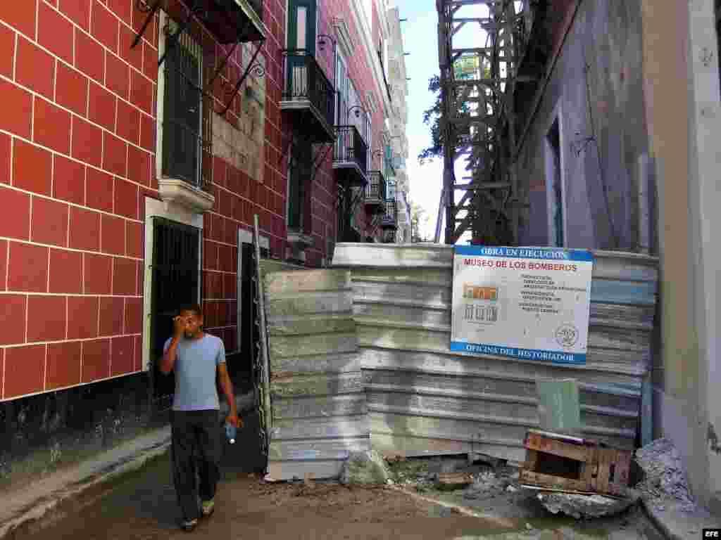 La Habana Vieja junto a un edificio en restauración